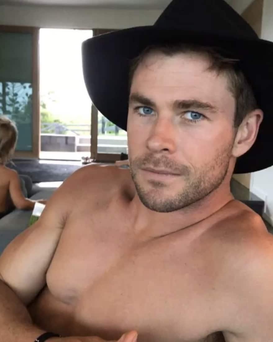 Chris Hemsworth shirtless selfie