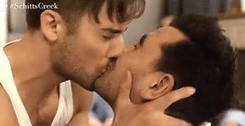 schitts creek kiss